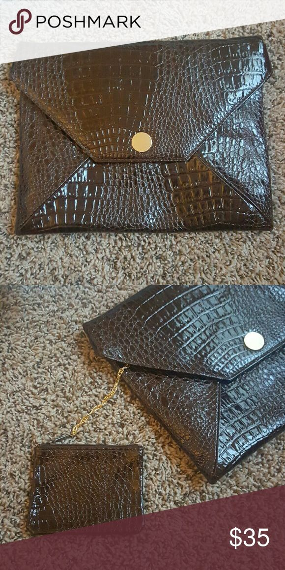 Large Envelope Clutch This large envelope clutch is in excellent condition! Includes a detachable coin purse. Bags Clutches & Wristlets