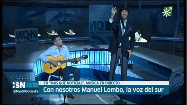 Instante de la interpretación de @ManuelLombo(Oficial) de #AntonioVargasHeredia en la entrevista concedida a Canal SurTv presentando @musicaemocion_ Podéis disfrutarla en el siguiente enlace: http://alacarta.canalsur.es/television/video/mas-que-noticias--jueves/1844174/16