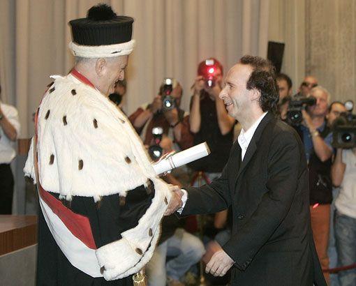 Roberto Benigni riceve il diploma di laurea dal rettore Marinelli-A Roberto Benigni la laurea honoris causa in Filologia moderna
