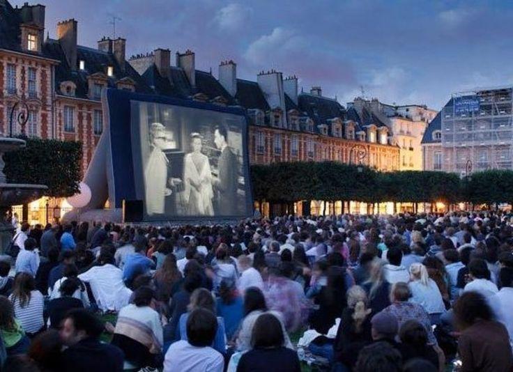 Parc de la Villette, le plus grand parc de Paris, où Cinéma en Plein Air accueille des films. . . Paris à l'été