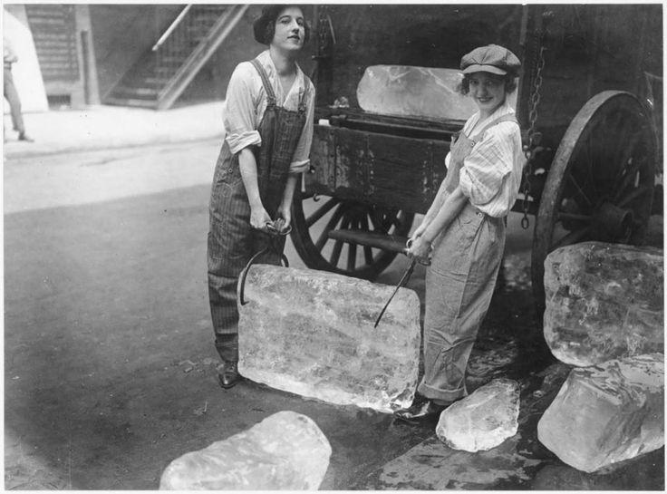 Chicas entregando pesados bloques de hielo tras el reclutamiento de los trabajadores varones. [1918]