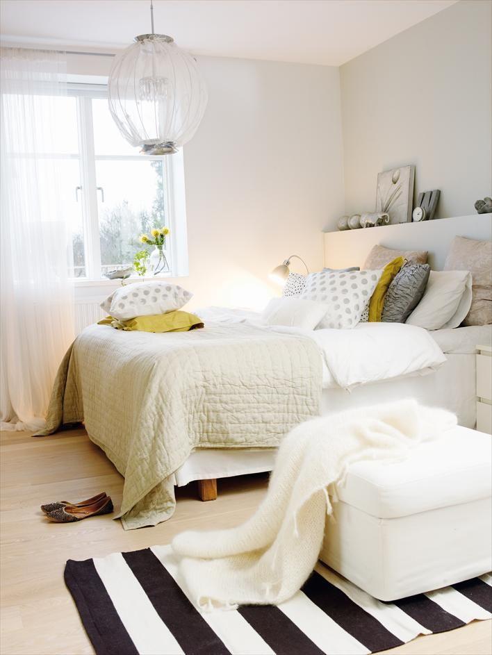 Chambre # Blanche # on aime la touche graphique avec le tapis, et la touche de jaune / vert .
