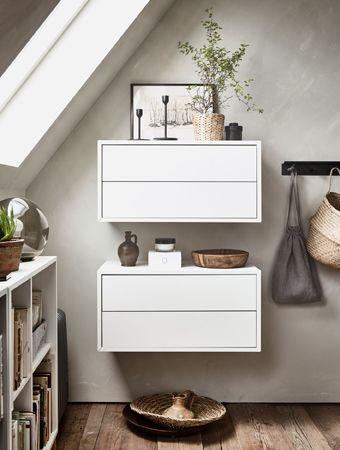 Zwei EKET Schränke mit 2 Schubladen in Weiß präsentieren hübsche Dekorationen