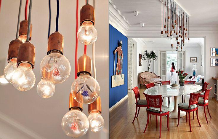 Pode ser um belo lustre de design, um projeto com lâmpadas embutidas ou simplesmente uma luminária colorida. Investir em uma iluminação bacana faz toda a diferença na decoração. Veja exemplos para todos os gostos e bolsos