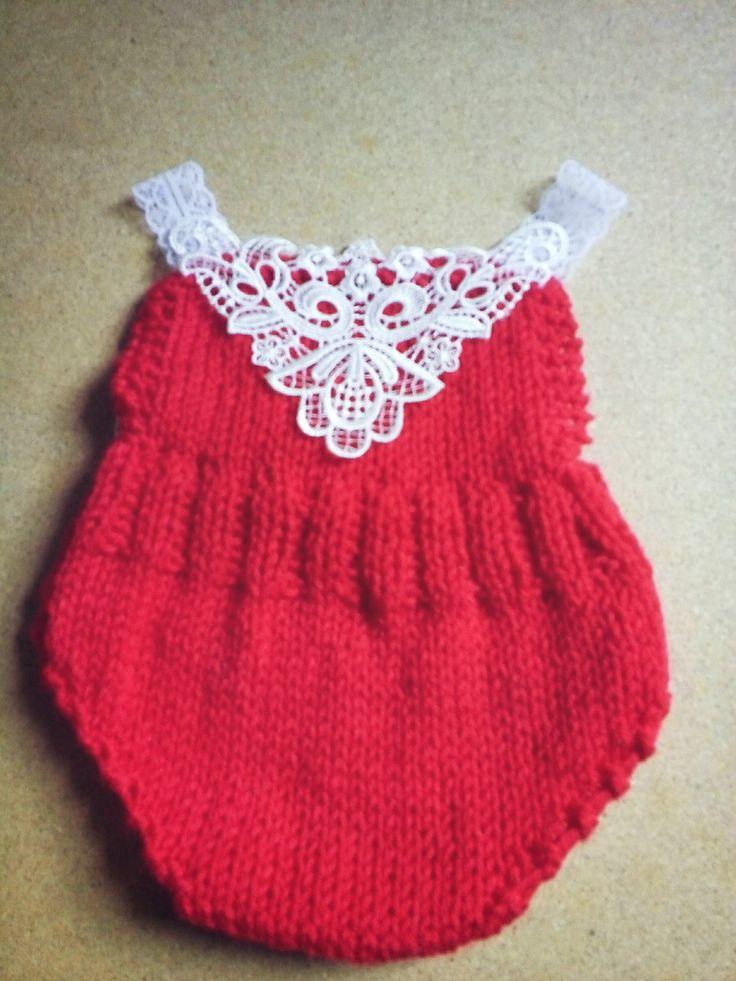 Body confeccionado em tricô, em fio importado próprio para bebê <br>Detalhes rendas <br>Cor vermelho ( pode ser confeccionado em outras cores) <br>Tamanho RN/ 1 a 2 meses