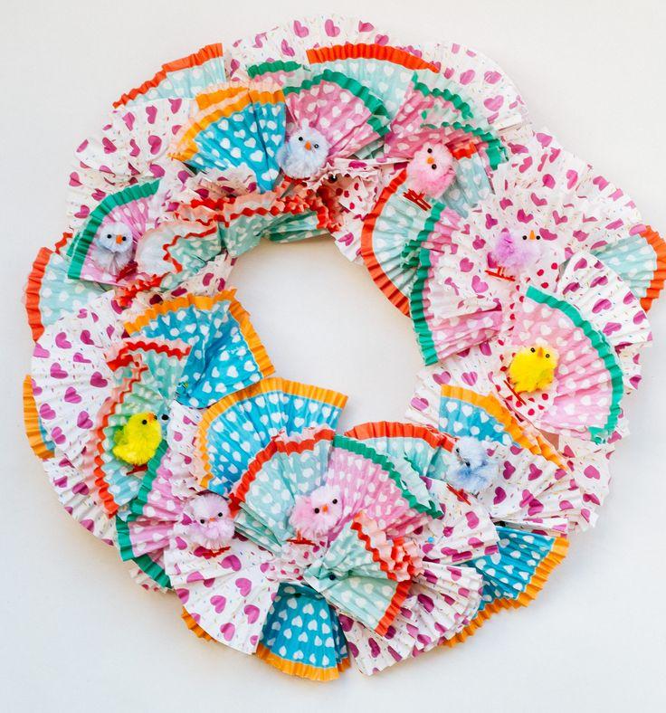 DIY: paaskrans maken met cupcakes papiertjes- DIY wreath easter with cupcakes papers- htttp://www.galerie-lucie.nl/