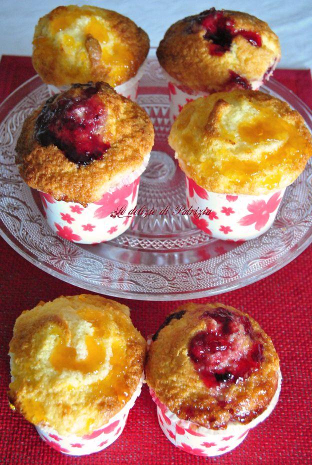 Muffin alla marmellata 12 muffins:  300 g di farina 00  50 g di fecola  200 g di zucchero semolato  1 bustina di lievito  2 uova  50 ml di olio di mais  180 ml di latte