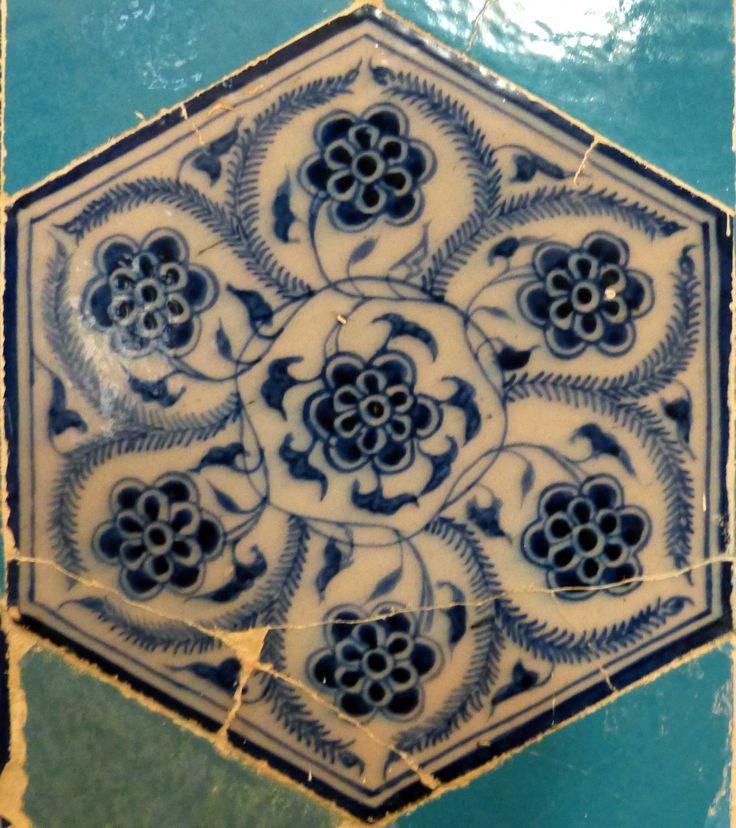 Vine Design – Sarmaşık Motif.Müradiye Camii, Edirne : Single Tile Motifs – Tek Karo Motifleri.