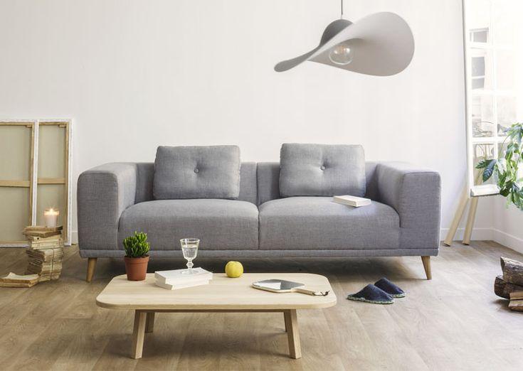 Canapé 3 places Gris Welly Eno studio. Non seulement beau, avec ses lignes pure, mais également ultra confortable, choisissez son revêtement : tissu polyester gris ou camel.