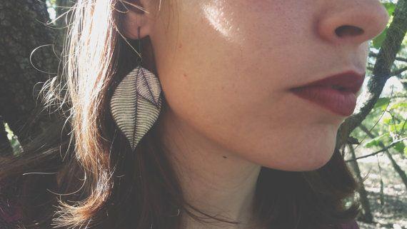 Mira este artículo en mi tienda de Etsy: https://www.etsy.com/listing/253562270/haunted-purple-and-green-leaf-earrings
