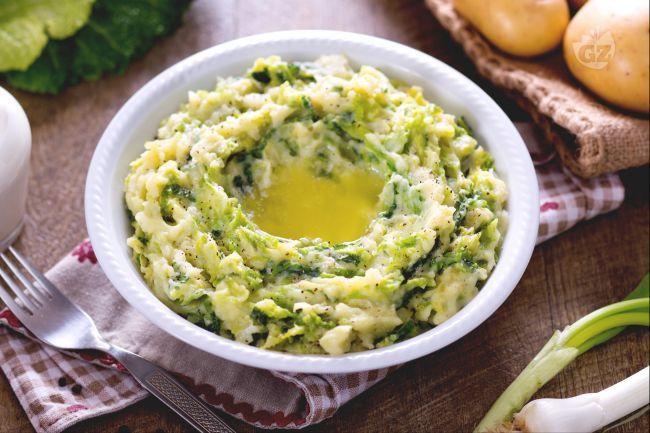 Il colcannon è una ricetta tipica irlandese, che si prepara come un purè arricchito da cavolo, nel nostro caso verza. Un piatto ricco e gustoso.