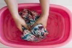 Rattraper vêtement et linge déteint après lavage machine Les cristaux de soude les cristaux de soude, ou carbonate de sodium, permettent d'enlever les couleurs indésirables sur le linge déteint. Faitez tremper le linge ou le vêtement 1 à 2 jours dans de l'eau additionnée de 2 bols de cristaux de soude. Rincez ensuite soigneusement.