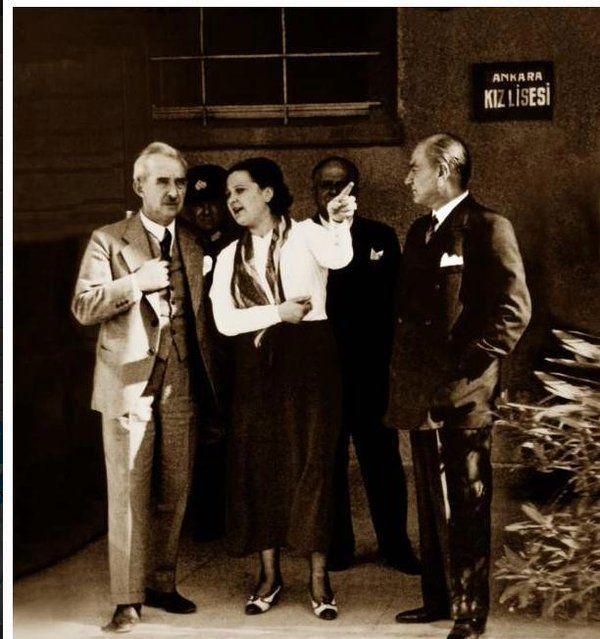 ✿ ❤ Ankara Kız Lisesi ziyaretinde AFET İNAN Atatürk ve İsmet paşaya bilgi veriyor.
