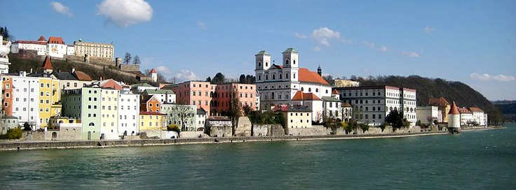 Spaziergang am Inn in #Passau, #Bayern; Übernachtungen zu Ostern ab 58€/Nacht/Zimmer; Foto: Aconcagua, Lizenz: CC-BY-SA-3.0 (http://creativecommons.org/licenses/by-sa/3.0), Buchung: http://www.easyvoyage.de/hotels/passau/achat-hotel-passau-109651