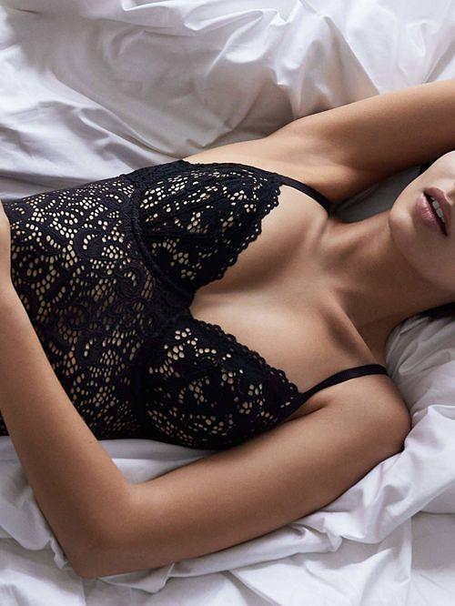 NOVINKA! INSPIRUJTE SE TOPMODELKOU EMILY RATAJKOWSKI. KLASICKÝ STŘIH BEZ VÝZTUŽE. JEMNÝ STAHUJÍCÍ EFEKT. SEXY KRAJKA. DKNY. Přední světový výrobce luxusního zboží, Donna Karan New York, a jeho nová kolekce spodního prádla Classic Lace pro sexy vzhled a zárověň maximální komfort. V nabídce jako sexy lehce stahující Body, které musí spatřit světlo světa. Inspirujte se světovou
