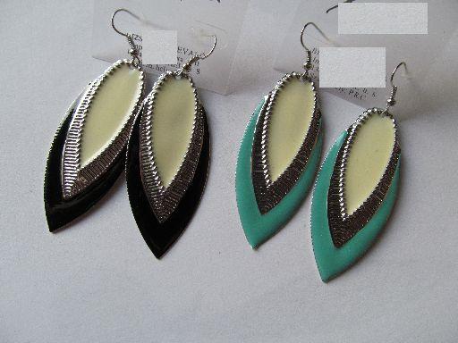 Csinos fém fülbevaló, a függő 6 cm-es, nagyon mutatós a két szín közötti ezüstszínű rész, MENTA-ZÖLD. 650,- Ft/pár (a fekete elfogyott)