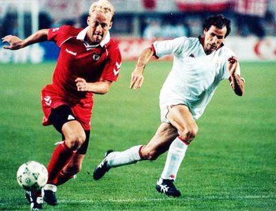 Mats Magnusson vs. Franco Baresi. Benfica vs. AC Milan, 1990.
