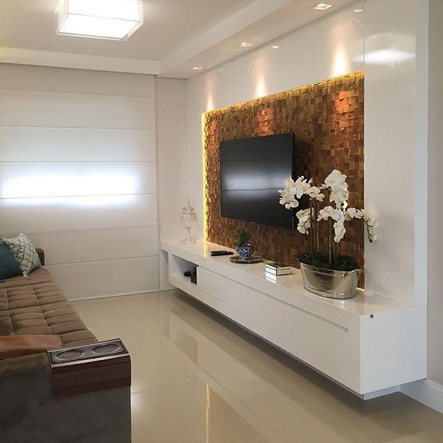 Um lindo contraste da pastilha de madeira no móvel em laca branca brilhante!! Um ambiente claro e a iluminação valorizando mais ainda . Projeto de @arqmbaptista
