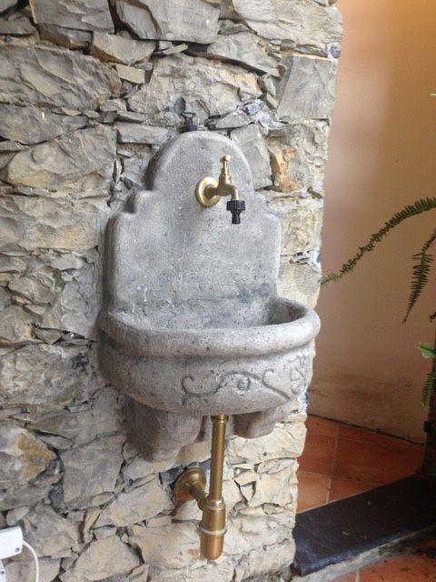 Fontana a muro Giudecca con supporto col. antichizzato, località: Genova