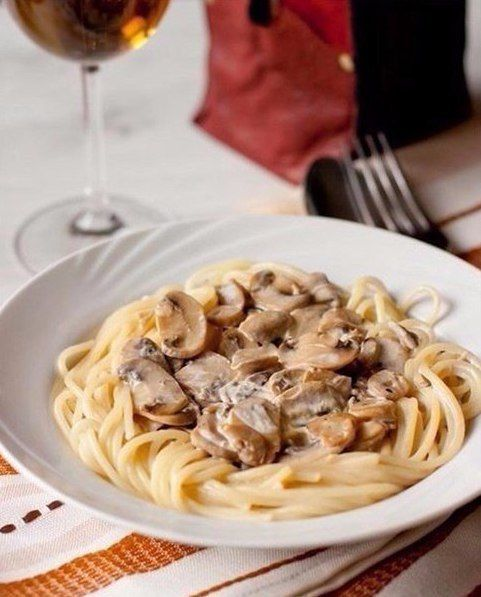 Спагетти со сливочно-грибным соусом    Ингредиенты (на 4 порции):    450 г отваренных спагетти или линвини (отваривать непосредственно перед самой подачей на стол)  750 г шампиньонов  225 мл нежирных сливок  2 ст.л. соевого соуса  2 ст.л. растительного масла  1-2 зубчика чеснока по желанию    Приготовление:    Шампиньоны тонко нарезаем (я лениво делаю это в блендере со спец. насадкой) и обжариваем в течение 15 минут, пока жидкость не испарится, а грибы не приобретут золотистый цвет…