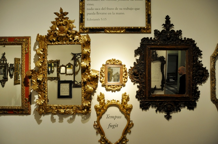 Fotografía en la que el propio artista aparece reflejado en uno de los espejos de la sala 'Vanitas'