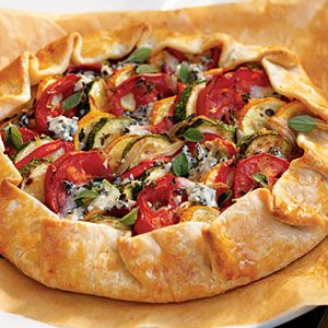 This Rustic Summer Squash Tart is great out of the oven, or let it cool and pack it for a picnic. #recipes