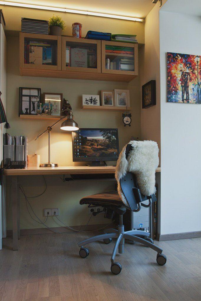 люминесцентная лампа сверху, лампа на столе