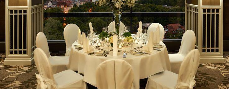 Der elegante Salon Marco Polo im 15. Stock ist der perfekte Veranstaltungsort für einen romantischen Hochzeitsempfang mit atemberaubenden Blick über München.