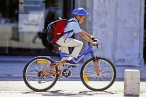 """По новым правилам велосипедистам до 14 лет требуется сопровождение взрослого.  Премьер-министр России Дмитрий Медведев подписал постановление об изменении правил дорожного движения. Нововведения направлены на повышение безопасности пешеходов и велосипедистов. По новым правилам любители двухколесного транспорта до 14 лет могут двигаться по тротуару или пешеходной дорожке при сопровождении взрослым сообщает """"Коммерсант.ру"""". По предыдущему законодательству дети сопровождение взрослого нужно…"""