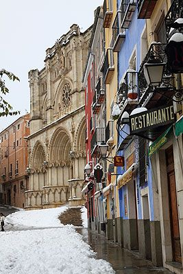 Casco antiguo de  Cuenca  nevado, Spain