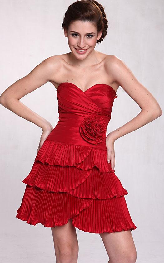 Si usted está buscando un estilo super lindo, esto puede ser el vestido para usted! El busto sin tirantes estilo corazon con fruncidos y la falda de satén plisado agregan textura al vestido, y la flor en la cintura realmente une todos los elementos ~