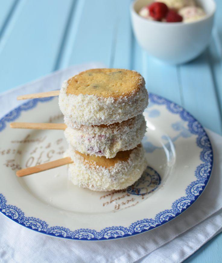 Hogyan kényeztessük el gyermekeinket? Süssünk kekszet csokidarabkákkal, tapasszuk össze kettesével vaníliafagyival, amibe friss málnát kevertünk, hempergessük meg az oldalát kókuszreszelékkel, és szúrjunk bele jégkrém pálcikát!   Fagyos keksz pop (6 db) a csokidarabos…