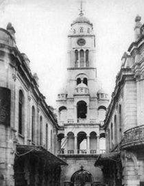 Tο καμπαναριό της Αγίας Φωτεινής κατασκευάστηκε το 1856 από τον αρχιτέκτονα Ξ.  Λάτρη.  Επρόκειτο για το πιο υψηλό, σε πέντε επίπεδα, οικοδόμημα της πόλης. Στο χαμηλότερο επίπεδο σχηματιζόταν καμάρα, από όπου περνούσε δρόμος. Το 1892 το κωδωνοστάσιο συμπληρώθηκε με μεγάλο κρουστικό ρολόι βαυαρικής κατασκευής. Επιπλέον είχε και ηλιακό ρολόι. Ο ναός κάηκε στη μεγάλη πυρκαγιά που αποτέφρωσε την ελληνική συνοικία τον Σεπτέμβριο του 1922.