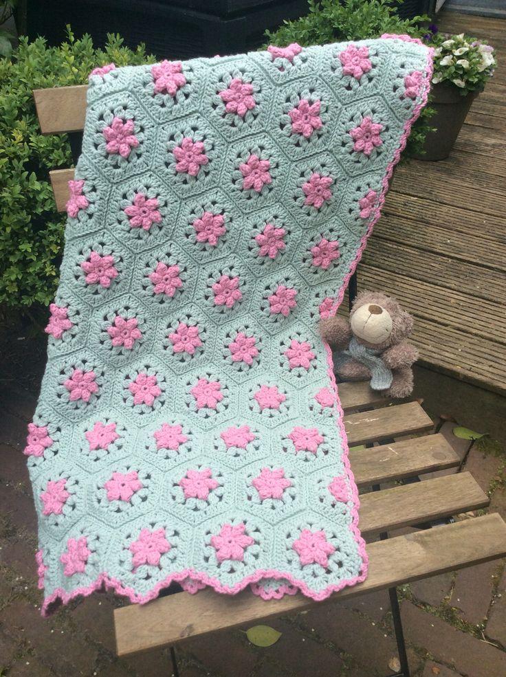Made by Margriet: schattig dekentje voor Sophie, dochtertje van een collega. Gemaakt van Lana Grossa Cotton Mix 130 (50% katoen, 50% acryl) met naald 4. Superzacht garen dat fantastisch haakt. Afmetingen 79x72 cm. 3 Bolletjes roze nr. 136 en 9 bolletjes mintgroen nr. 140. Het is een kooppatroon van ontwerpster Sandra Abbate. Bestaande uit 94 hele en 10 halve hexagons.