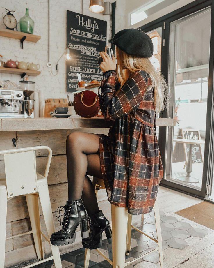 Karierter Mantel, Mütze, Stiefel mit Plateausohle