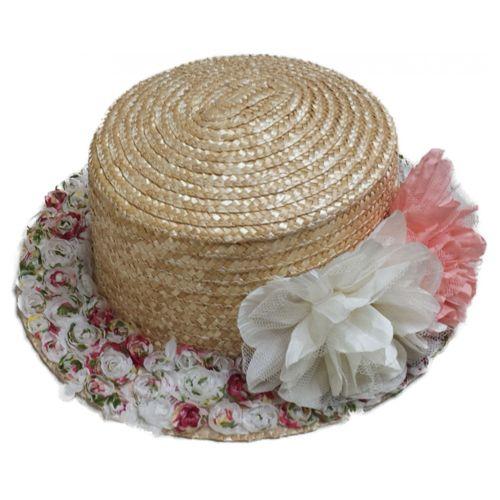 Palarie canotier din paie cu flori Cea mai simpatica palarie canotier o gasiti doar in MAGAZINUL DE PALARII! Aceasta palarie pork pie canotier din paie natur iese din tipare prin borul sau inflorat, fiind un accesoriu de vara feminin si vesel care se va asorta aproape la orice tinuta in nuante pastel. Palaria este realizata din paie naturale si este decorate cu flori din satin si tul in nuante de roz pal si alb.