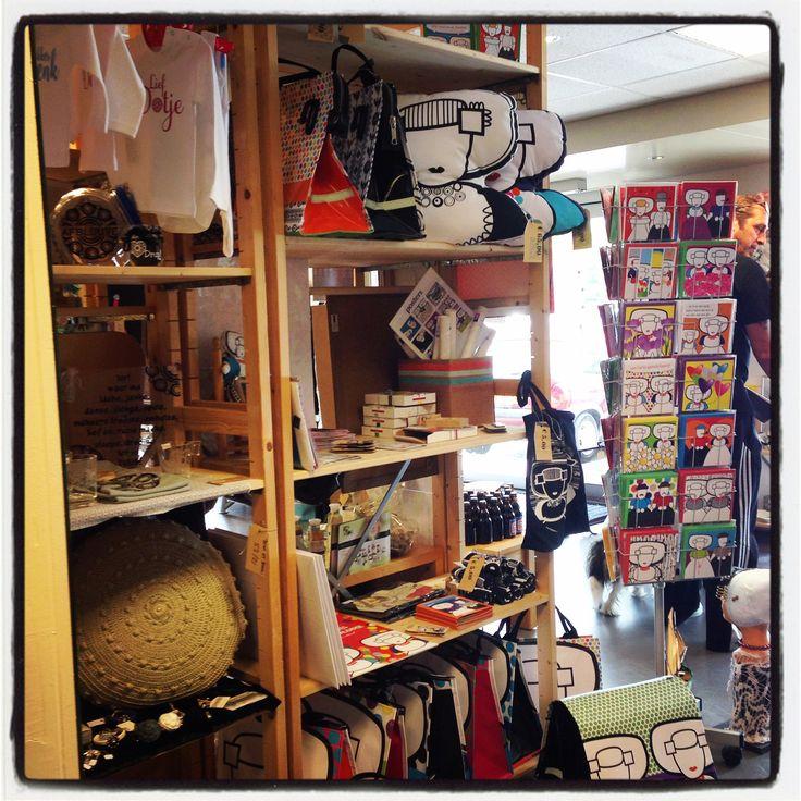 Ons stukje winkel in de #shopinshop te #kamperland, gevuld met #shoppers #fietstassen #kussens #stickers #verjaardagskalender #kaarten #canvas #posters #speculaasplankje #AAgjes doe boek #katoenendraagtasje