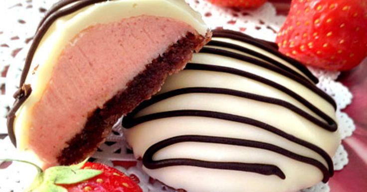 Söta biskvier med jordgubbsfyllning på mandelbotten med choklad. Toppa dina biskvier med vit choklad.