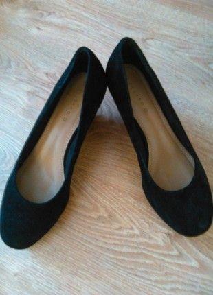 Kup mój przedmiot na #vintedpl http://www.vinted.pl/damskie-obuwie/inne-obuwie/8197987-czarne-zamszowe-polbuty-na-koturnach