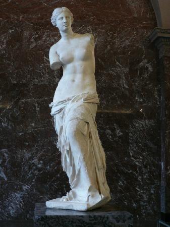 Venere di Milo 130 a.C. Marmo a tutto tondo Ritrovata a Milo, Grecia, ora conservata al museo del Louvre, Parigi.