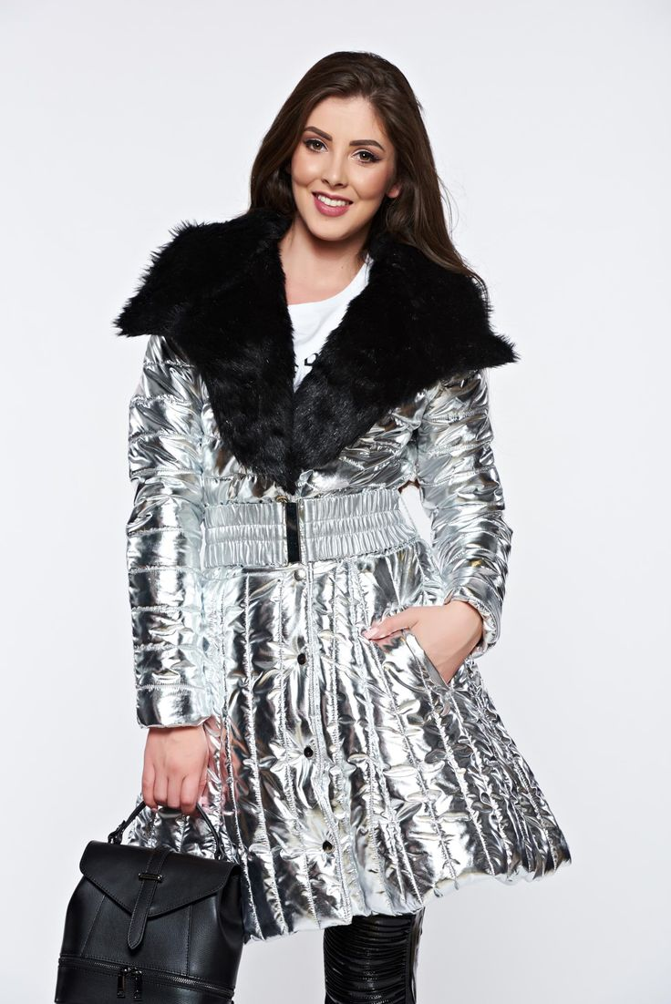 Silver jacket casual with inside lining with faux fur details metallic color, accessorized with belt, accessorized with tied waistband, inside lining, flaring cut, metallic color, faux fur details, the jacket has pockets, long sleeves, shiny fabric, metal eyelets fastening