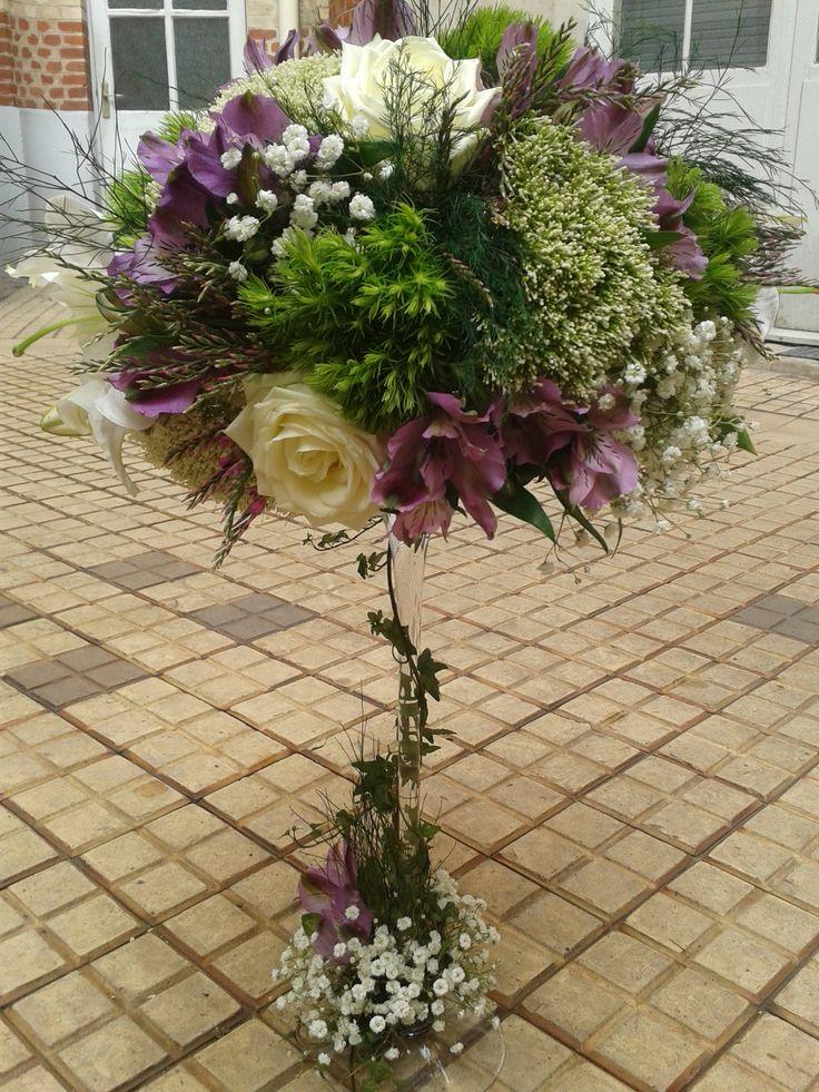 coupe martini, boule de fleurs vertes et violettes, centre de table mariage romantique