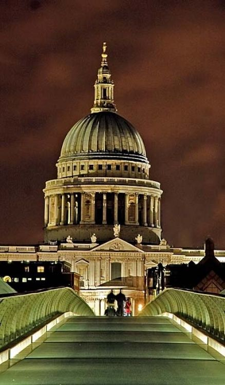 St Paul's Cathedral sits at the top of Ludgate Hill, the highest point in the City of London. Over 300 years old it has housed the funerals of many monarchy and politicians including the Duke of Wellington, Sir Winston Churchill and Margaret Thatcher.