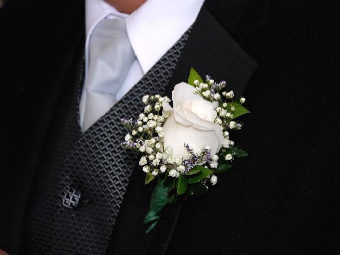 Il Fiore all'Occhiello o La Boutonnière  Lo sposo porta un fiore all'occhiello della giacca, ma non è il solo...
