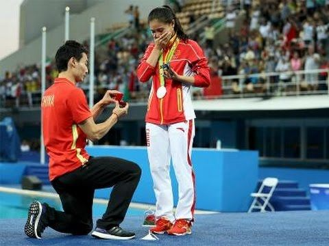 Chinese Divers Get Engaged at Olympics Medal Ceremony Chinese Divers Get Engaged…