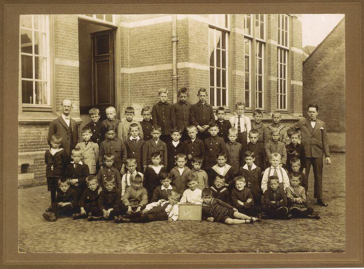 Klassenfoto gemaakt achter de jongensschool op de Markt in Asten.