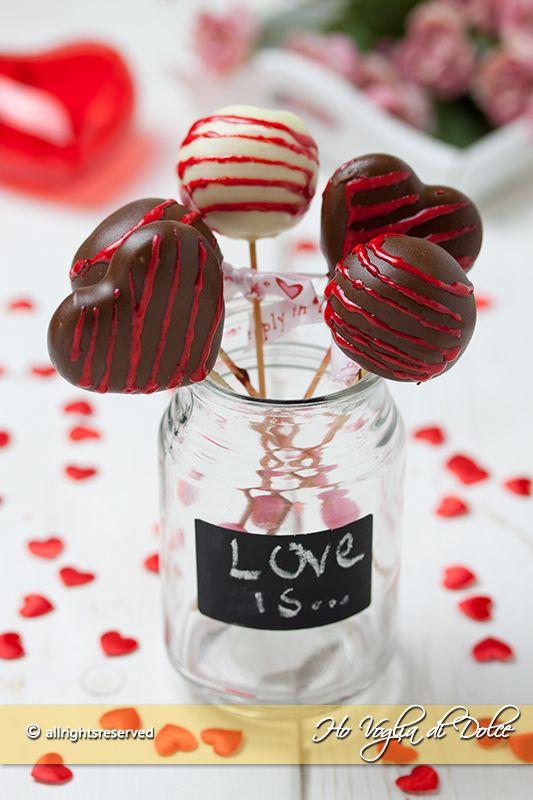 Cake pops di San Valentino ricetta facile, veloce per stupire chi ami. Dolcetti a forma di cuore o pallina fatti con avanzi di torta. Golosi e d'effetto
