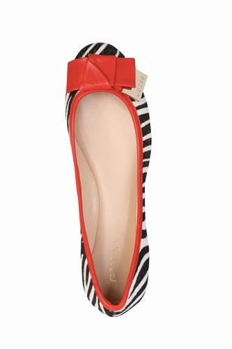 Se la calzatura di Marilyn per eccellenza era il tacco a spillo, quella di Audrey Hepburn era decisamente la scarpa bassa. Marilyn era l'esperta seduttrice, mentre Audrey si costruì la carriera sulle trasformazioni alla Cenerentola: da ragazzina a principessa (Vacanze romane, 1953), da figlia di autista a rubacuori (Sabrina, 1954), da ragazza di campagna a maliarda di città (Colazione da Tiffany, 1961), o da stracciona dei bassifondi londinesi a signora dell'alta società