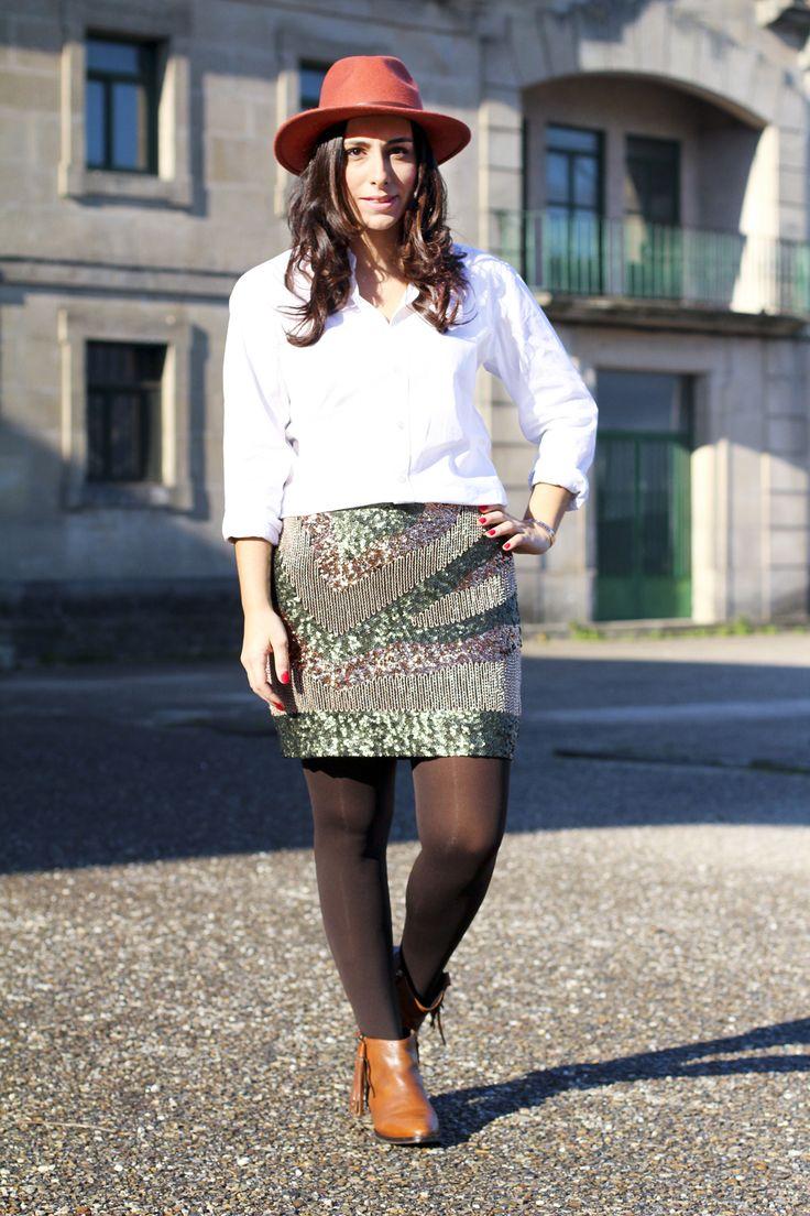 Look con lentejuelas #lentejuelasparaeldia #ondas #sombrero #camisablanca #botines #uterque #faldalentejuelas #h&m #lentejuelasparaeldia #moda #fashion #blogger #bloggermoda #bloggergallega