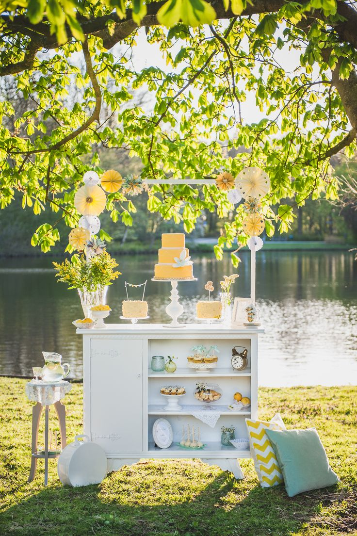 Yellow & Mint Vintage Sweet Table Credits: www.grotografie.nl